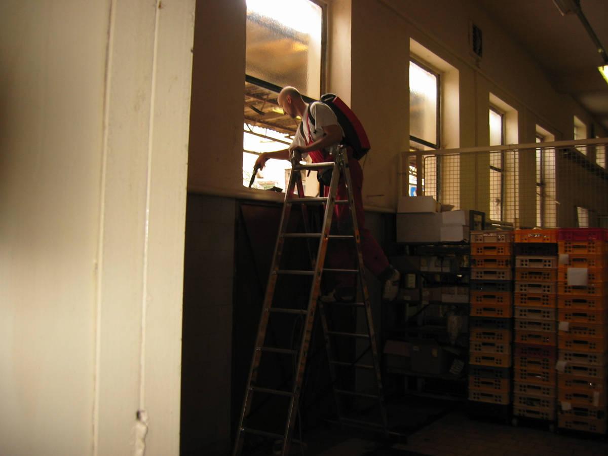 čištění parapetu ze žebříku